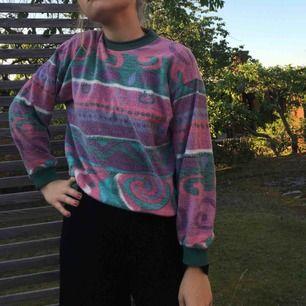 Färgglad tröja i flismaterial🌈🌈 köpta second hand!