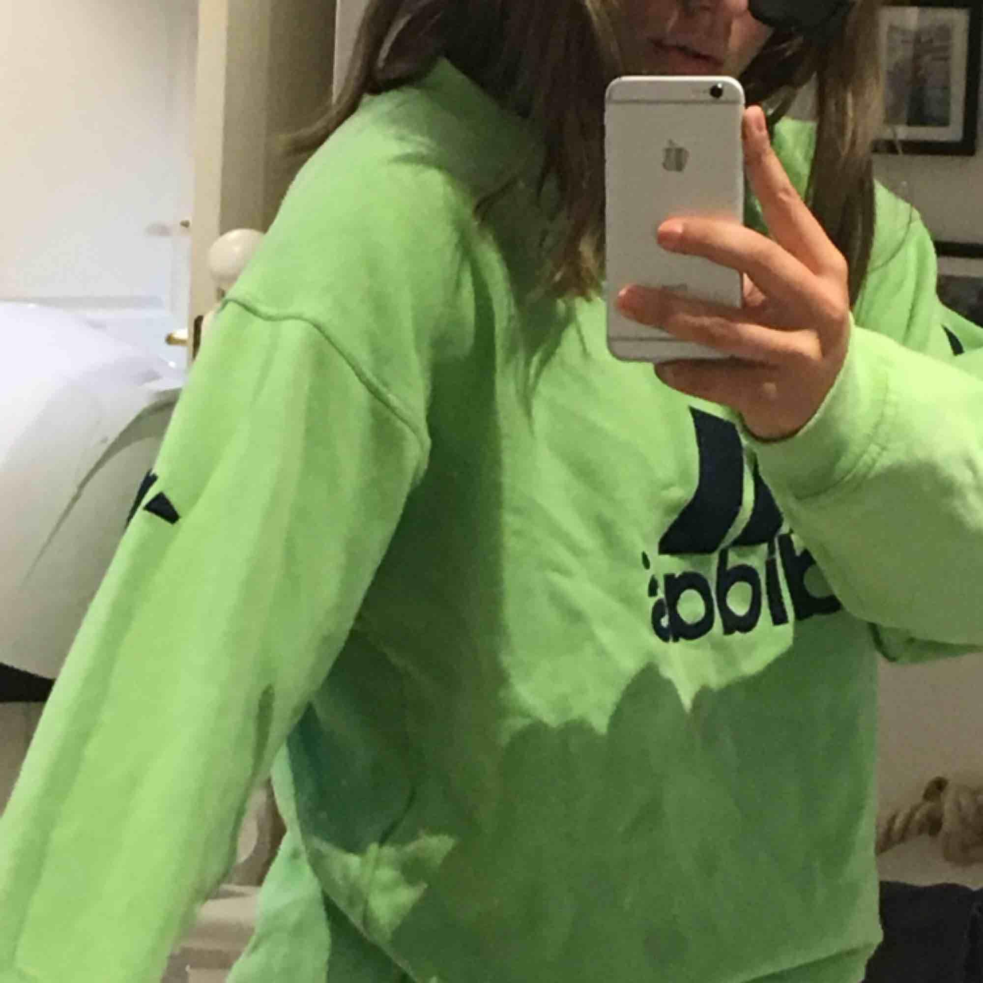 Grön adidashoodie💚💚💚 superstor och mysig!  Inklusive frakt. Huvtröjor & Träningströjor.