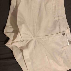 Helt nya vita shorts från H&M, inte de bästa bilderna men man kan få mycket bättre bilder! Köparen står för frakt