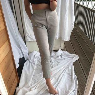 Gråa/bege kostymbyxor från H&M, bra skick, hör av dig vid intresse!