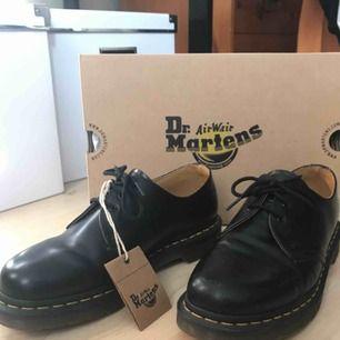 Använda 2 gånger totalt.  Köpta för 1600 kr, och skorna är i princip som nya.   Säljer skorna som jag fick dem: I orginalboxen med ett extra par skosnören (gula).