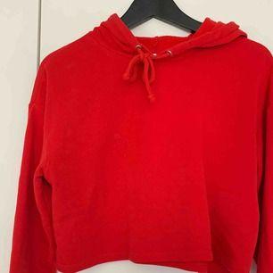 Säljer min röda croppade hoodie för 75kr, den är ifrån hm, kan frakta men du får betala frakten själv (63kr), annars möts jag upp i Stockholm, betalning sker via swish, hoppas det är något för dig!☺️