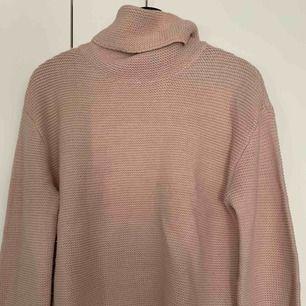 Säljer min stickade rosa tröja, från hm för 100kr, i strl xs, kan frakta men du får betala frakten själv (63kr), annars möts jag upp i Stockholm, betalning sker via swish, hoppas det är något för dig!☺️