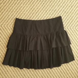 Söt svart kjol i storlek s från Weekday. Med dragkedja på sidan. Frakt ingår. Kan skickas annars finns i Malmö!