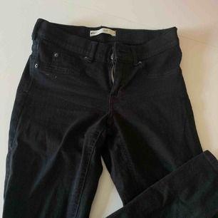 Säljer mina svarta tajta jeans från Gina tricot, strl M men känns mer som en xs/s, pris 80kr, kan frakta men du får betala frakten själv (63kr), annars möts jag upp i Stockholm, betalning sker via swish, hoppas det är något för dig!☺️