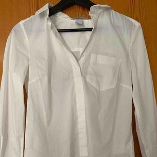 Säljer min vita skjorta från hm i strl 34/xs för 70kr, kan frakta men du får betala frakten själv (63kr), annars möts jag upp i Stockholm, betalning sker via swish, hoppas det är något för dig!☺️
