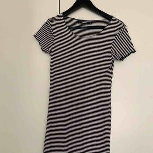 Jag säljer min randiga klänning från bik bok, i strl S och pris 100kr, kan frakta men du får betala frakten själv (63kr), annars möts jag upp i Stockholm, betalning sker via swish, hoppas det är något för dig!☺️