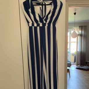 Säljer min randiga jumpsuit från Nelly för 150kr, i strl xs, kan frakta men du får betala frakten själv (63kr), annars möts jag upp i Stockholm, betalning sker via swish, hoppas det är något för dig!☺️