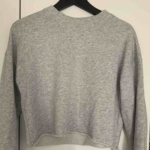 Säljer min croppade sweatshirt från bik bok i strl xs för 100kr, kan frakta men du får betala frakten själv (63kr), annars möts jag upp i Stockholm, betalning sker via swish, hoppas det är något för dig!☺️