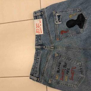 """Ljusa """"boyfriend"""" jeans med målade/ritade bakfickor. Köparen står för frakt och betalning sker via swish❣️❣️"""