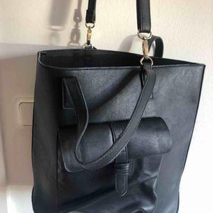 Svart väska från even&odd med både lång och korta band. Köpt på Zalando för några år sen men använd få gånger!! Perfekt o ha skolböcker eller sin dator i osv.