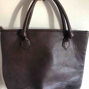 Stor och rymlig väska!! Tror jag köpt den på Lindex för långt tid sen, men använt få gånger. Är i mörkbrun färg och har många innerfack som man kan se på bilden.
