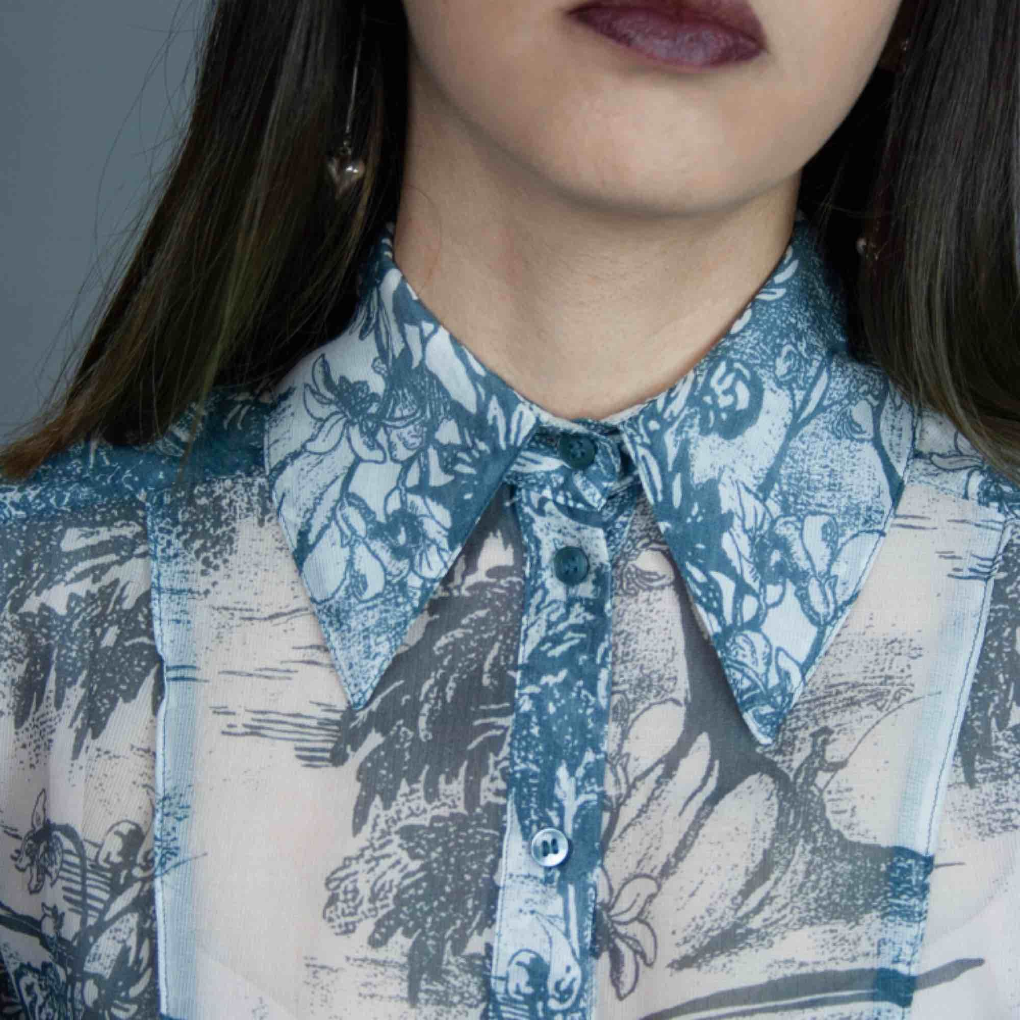 H&M Conscious Exclusive SS18 silk mix floral landscape patterned shirt in grey blue size XS SIZE Label: EUR 34, fits best XS Model: 165/XS Measurements (flat): Length: 56 cm pit to pit: 44 cm Free shipping. Skjortor.