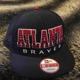 Snapback Atlanta Bravest i nyskick.  Hämtas i Tyresö eller så betalar köparen frakten.