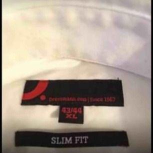 Skjorta strl 43/44 XL slim fit i nyskick.  Hämtas i Tyresö eller så betalar köparen frakten.