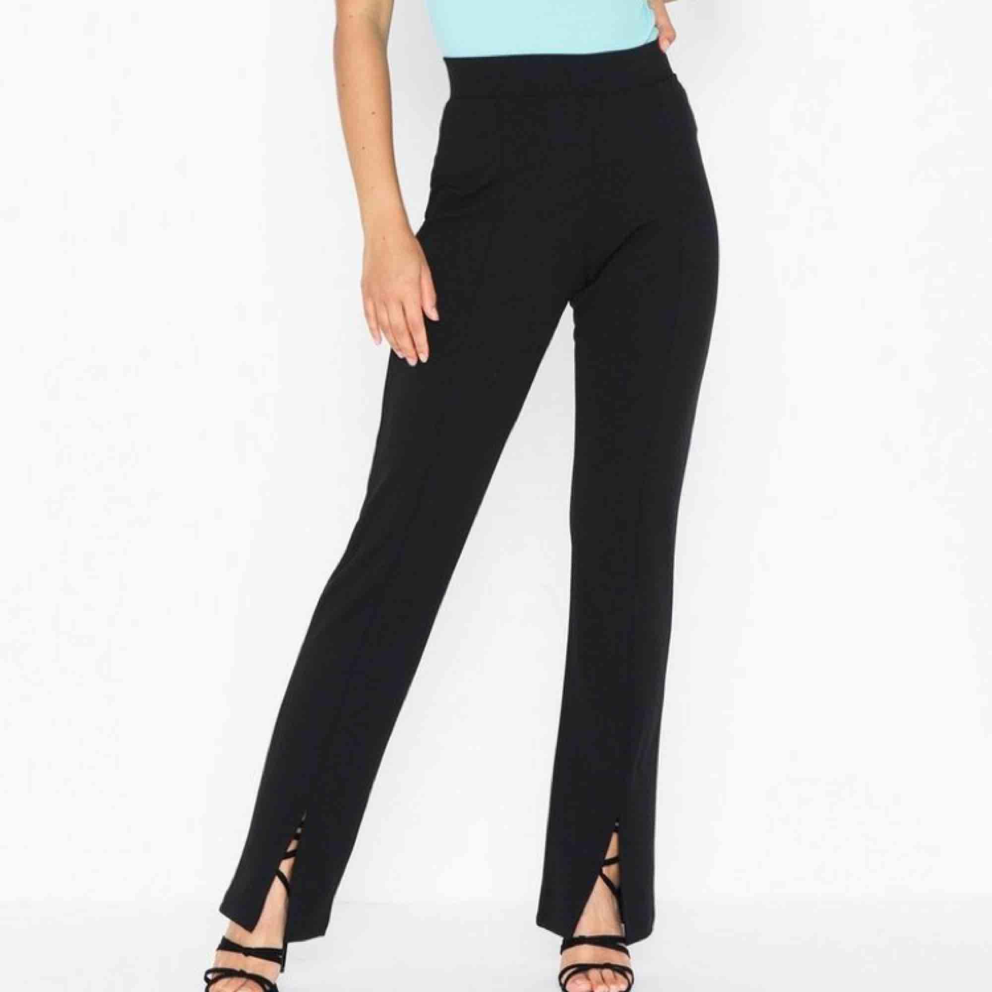 • Kostymbyxor med slits • Monki • Strl 36. Jeans & Byxor.