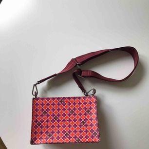 Liten cross over väska från Marlene Birger i super läckra färger. Använda vid två tillfällen. Tygpåse finns att skicka med. Köpt för 1650:- 💜🧡