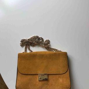 Senapsgul handväska med guldkedjor köpt på Mango. Mockamaterial. Sommar-läcker 🧡🧡
