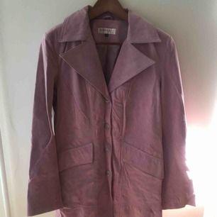 Super söt skinn kappa i en ljuslila färg köpt i london men aldrig använt! Äkta skinn (köpt på secondhand för £150 vilket är ca 1700