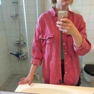 Vintage Marc O'polo jeansskjorta. Storleken som står i är S i herrstorlek, men tycker mer den är som en M i herrstorlek. Köpt här på plick. Frakt tillkommer!