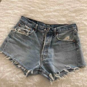 Säljer mina snygga Levis shorts 501, i storlek W32 L30. Jätte fint skick och knappt använda efter dom vart inköpta.