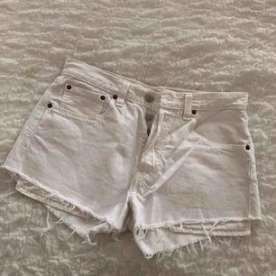Säljer mina snygga Levis shorts i storlek W32 L30, aldrig använda efter inköp tyvärr därför jag nu säljer dom. Jätte fint skick!