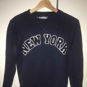 - Cool sweatshirt från crocker - unisex modell - Strl XS men passar även S - nyskick (Se bild 3 - baksidan av sweatshirten har inte någon fläck, endast min kamera)