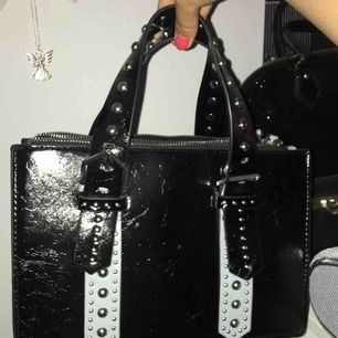 Jätte snygg handbag från zara!   Köptes för 500/600kr för ett tag sedan, och den har tyvärr inte kommit till användning. Vilket är jätte synd för att den är jätte fin.   Väskan är som helt ny då jag aldrig använd den, och även ett väskband medföljer.