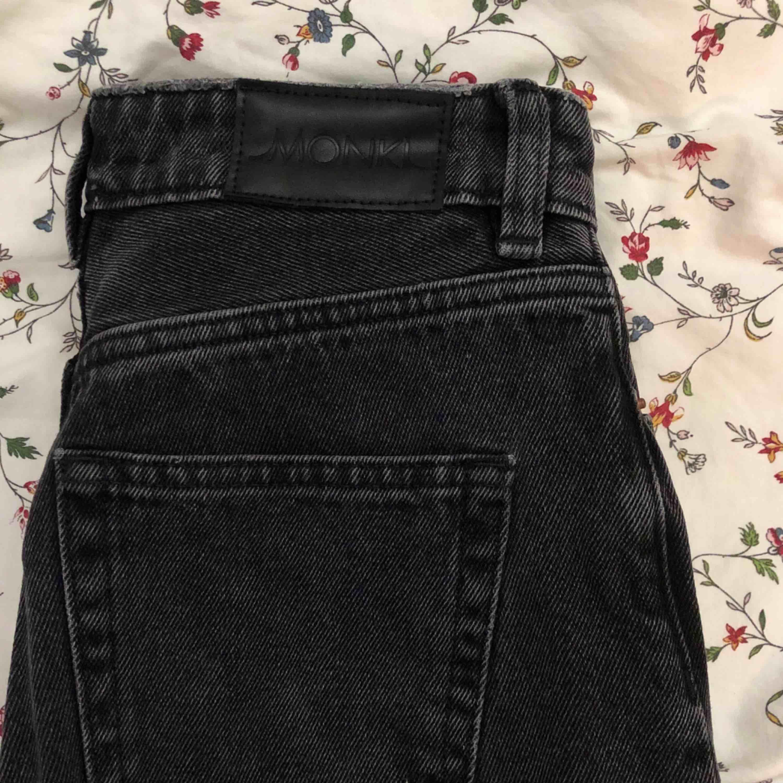 Supersnygga svarta momjeans! Köpta från Monki, endast tvättade och inte använda. Storlek 26 motsvarar ca 66 cm i midjemått. Säljer även ett par likadana i blå, se annonsen på min sida!. Jeans & Byxor.