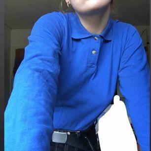Blå långärmad piké tröja i strl M men funkar för en S också. Använd max 3 ggr. Bra skick. Den kostar 60kr+frakt. Annars möts jag upp i Växjö.
