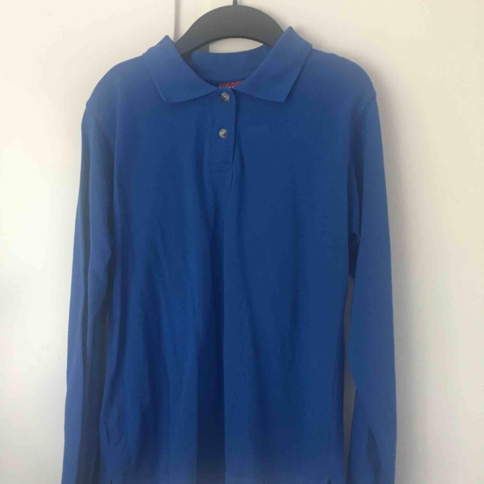 Blå långärmad piké tröja i strl M men funkar för en S också. Använd max 3 ggr. Bra skick. Den kostar 60kr+frakt. Annars möts jag upp i Växjö.  . Toppar.