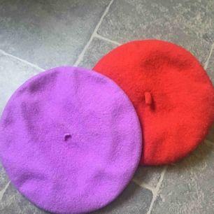 """Den lila är köpt på second hand men aldrig använd. Den röda är från monki och använd rätt så mycket därmed lite """"luddig"""" om man jämför med den lila. Den lila är betydligt mindre än den röda. Säljer en för 50 eller båda för 89 + frakt."""