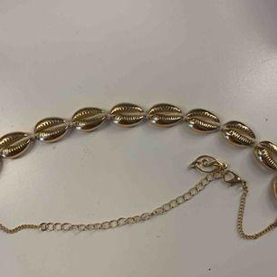 Säljer mitt guldiga snäckhalsband, köpt i Spanien, använt 1 gång, kan frakta men du får betala frakten själv (63kr), annars möts jag upp i Stockholm, betalning sker via swish
