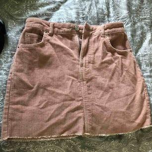 En snygg sammet kjol från Gina! Aldrig använd! Skönt material! Färg gammalrosa! Nypris 200kr jag säljer för 170kr🌞🌞
