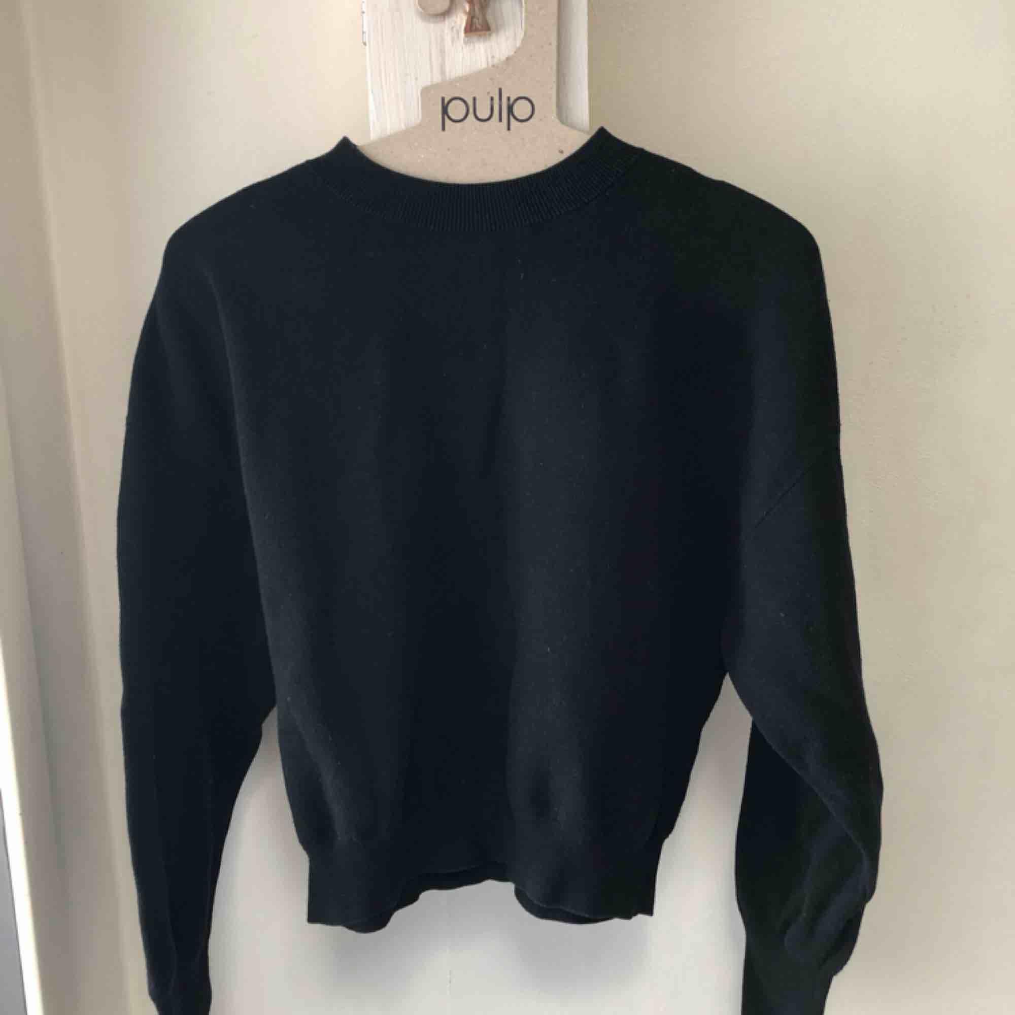 Den perfekta svarta tröjan med diskreta ballongärmar! Passar till allt i garderoben👍🏻 Köpt på & other stories förra året⭐️. Tröjor & Koftor.