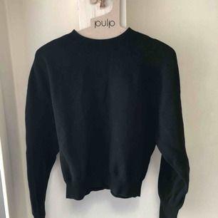 Den perfekta svarta tröjan med diskreta ballongärmar! Passar till allt i garderoben👍🏻 Köpt på & other stories förra året⭐️