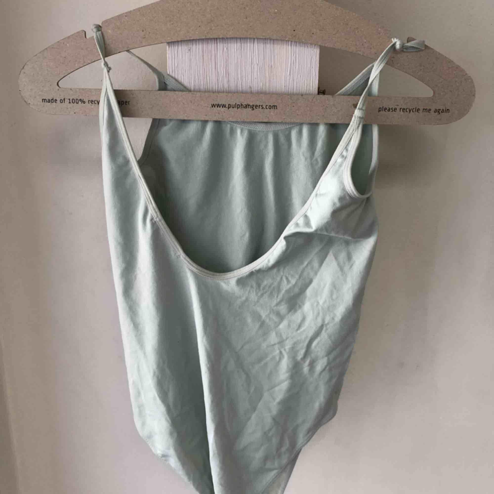 Jättefin mintgrön body från H&M trend! Använd bara några fåtal gånger⭐️ Har en ganska djup urringning i ryggen!. Toppar.
