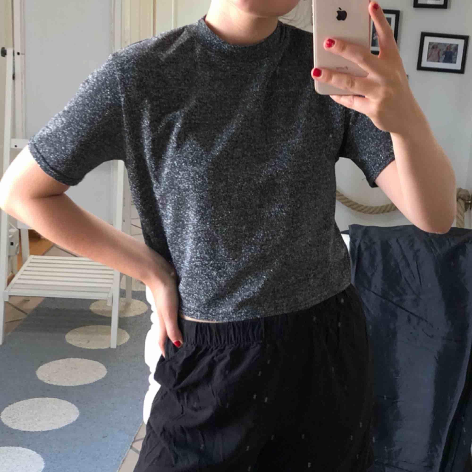 Superfin glittrig tröja från urban outfitters! Perfekt till festen✨✨. Toppar.