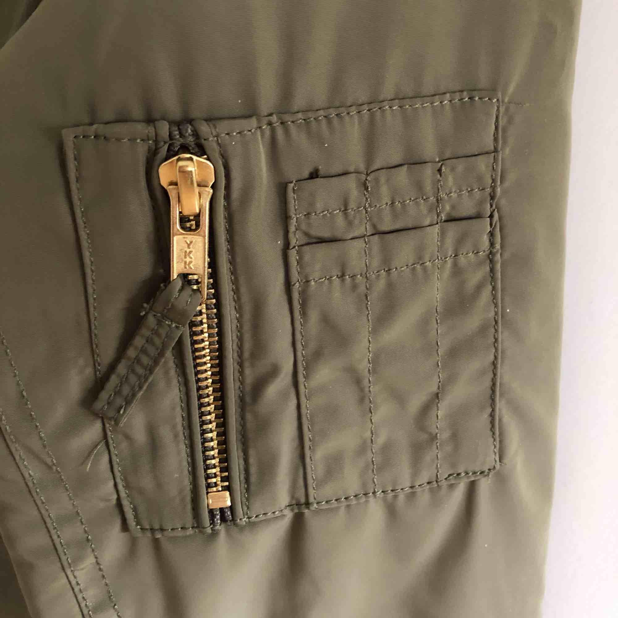 Säljer denna gröna bomber jackan i storlek Small den har guld detaljer och är vit/kräm färgad på insidan, den är knappt använd.  Har du några frågor angående denna jackan så är det bara att meddela mig. . Jackor.