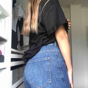 Säljer ett par högmidjade, tighta och stretchiga dr denim jeans då de aldrig kommer till användning. Använd ett fåtal gånger. Fraktas eller så kan jag mötas upp inom Göteborg:)