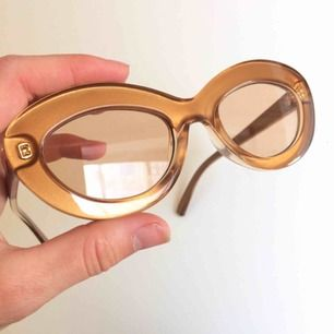 Oanvända solglasögon från trendiga Le Specs! Nypris 699kr. Samma modell som på sista bilden men mer guldiga i färgen🌙
