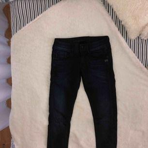 """MörkBlå jeans, lågmidja, stretchiga """"mom"""" jeans skulle jag nog förklara byxorna bäst. För stor storlek så har ej kunnat använda dom.Ord:1500kr så de är så synd att dom bara får ligga."""