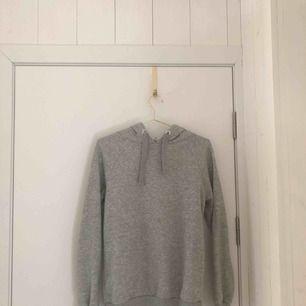 En grå hoodie från Ginatricot använt en gång. Säljer en likadan fast i svart
