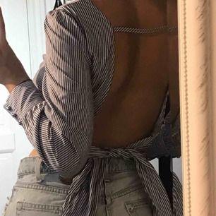 Super snygg topp i skjort material från Zara, använd endast 2 gånger därav mycket bra skick. Riktigt snygg i ryggen! Frakt ingår i priset