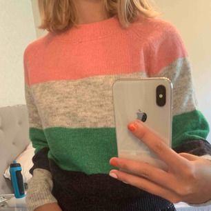 Snygg oanvänd stickad tröja från ONLY med olika färger.  Köparen står för frakten!