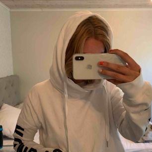 Snygg hoodie från Abercrombie&fitch med tryck på ärmarna där loggan kommer fram. Jätteskön och gjord för att träna i men funkar till vardags  Köparen står för frakten!