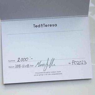 presentkort från Ted & Teresa på 2000kr ! säljer den för 300kr mindre än vad den köptes för. presentkortet är inte personligt bundet till mig eller någon annan. säljer pga att de inte har min klädstil!👛🤩