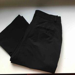 Suuupersnygga klassiska svarta kostymbyxor från Lene Sand! Inköpta på second hand men aldrig använda så mycket fint skick! Kan mötas upp i stockholm annars kostar frakt cirka 50 kr! 💝
