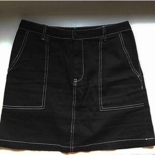 Snygg kjol från hm divided- svart med vita sömmar! 🖤🖤 kan mötas upp i stockholm annars tillkommer frakt på cirka 40 kr