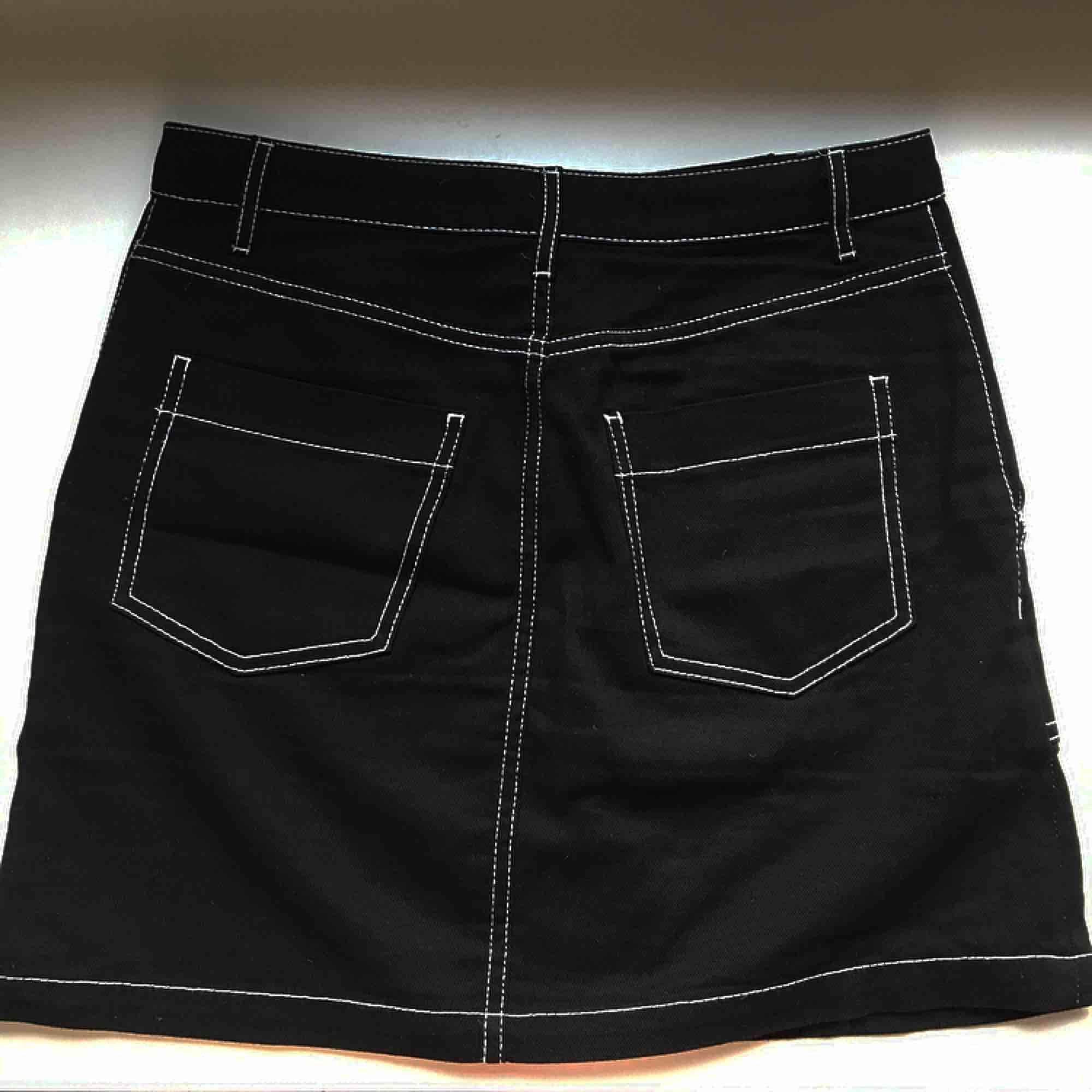 Snygg kjol från hm divided- svart med vita sömmar! 🖤🖤 kan mötas upp i stockholm annars tillkommer frakt på cirka 40 kr . Kjolar.